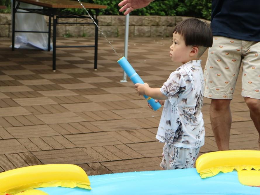 水鉄砲で遊ぶ子供